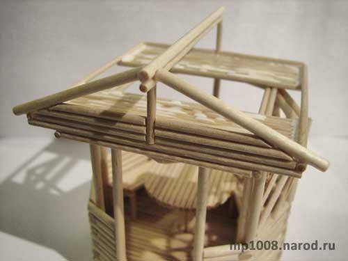 С одного и второго торца крыши приклеиваем по одной палочке